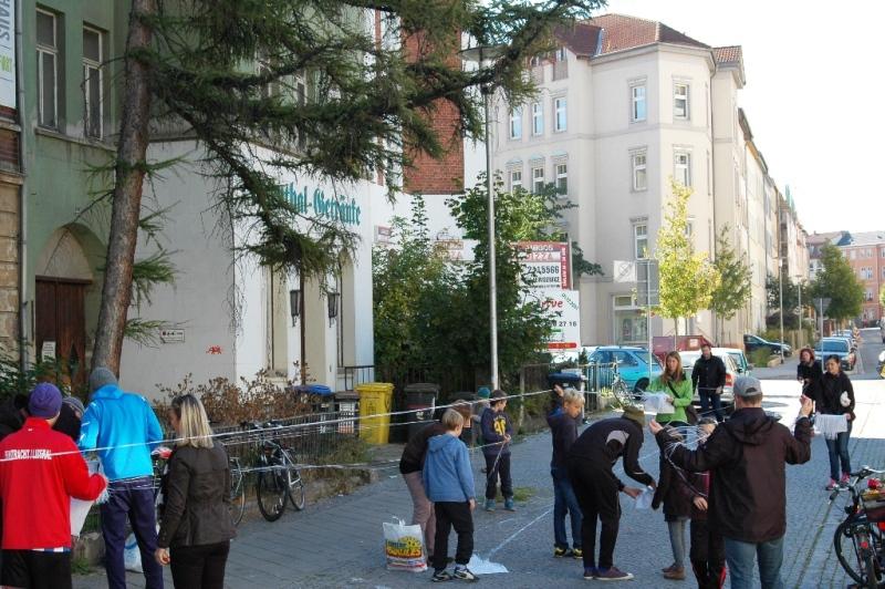 Kinder und Eltern basteln ihre Straßenfußbälle