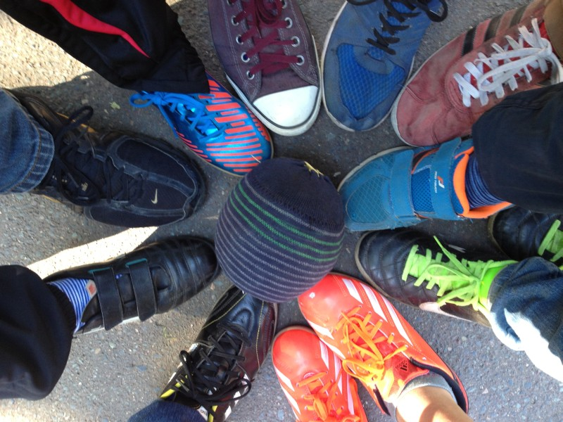 Alle Füße auf dem ball