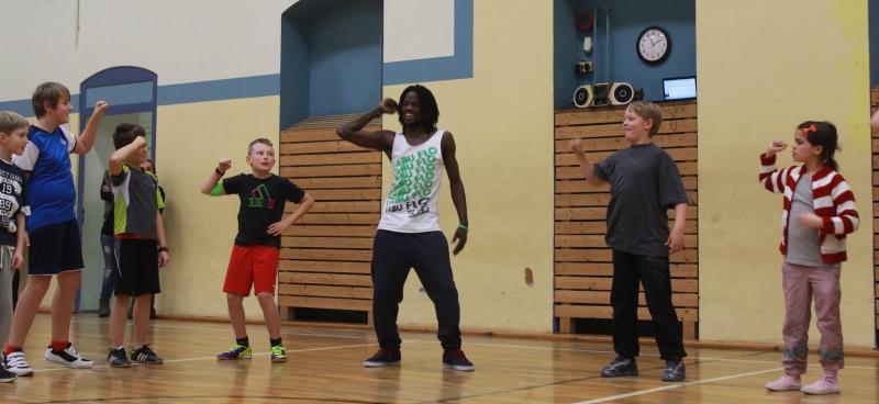 Breakdance-Artist Antonio von arts2hearts gibt den Takt vor. Foto: Markus Wiefel