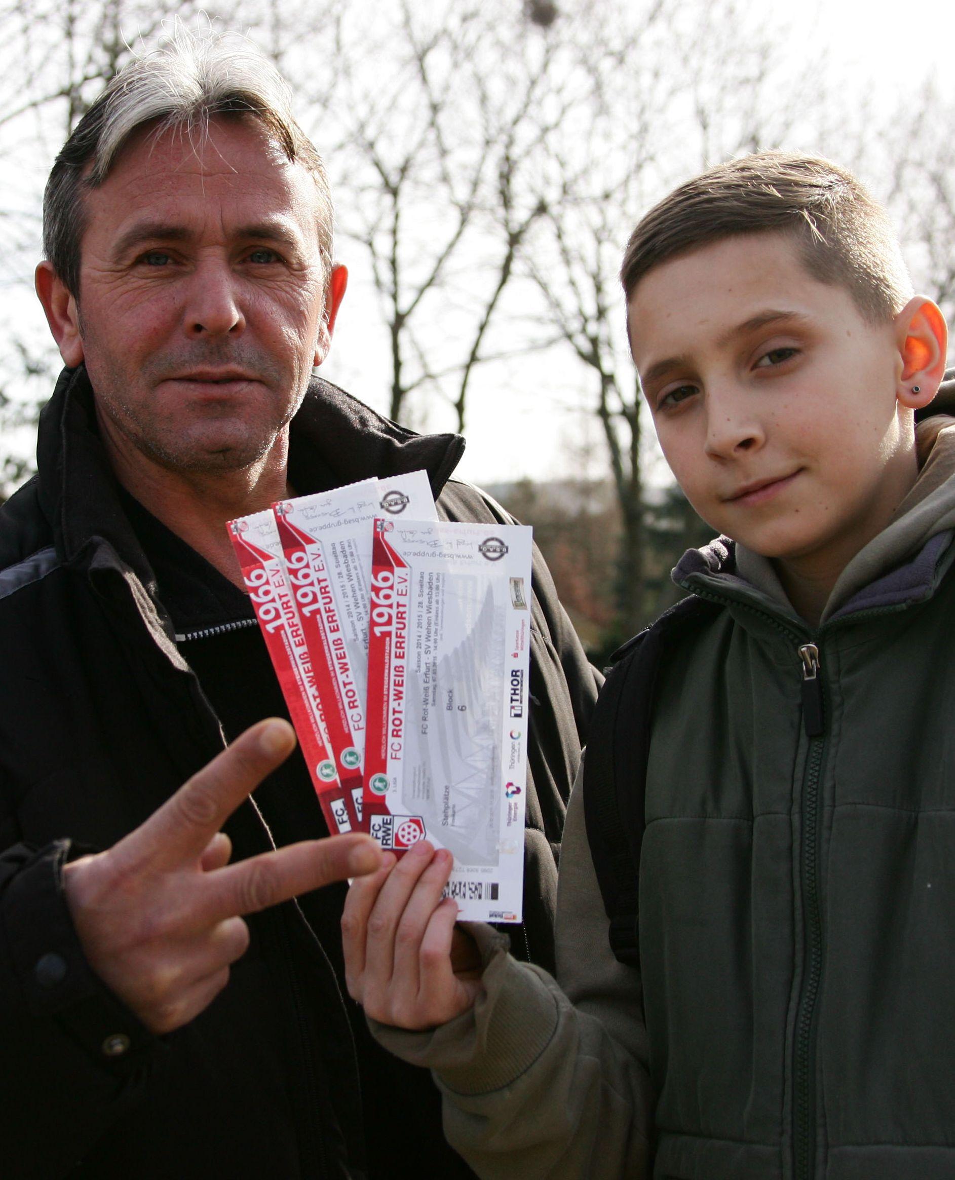 Mit den Tickets geht's ins Stadion. Foto: Sylvio Hoffmann