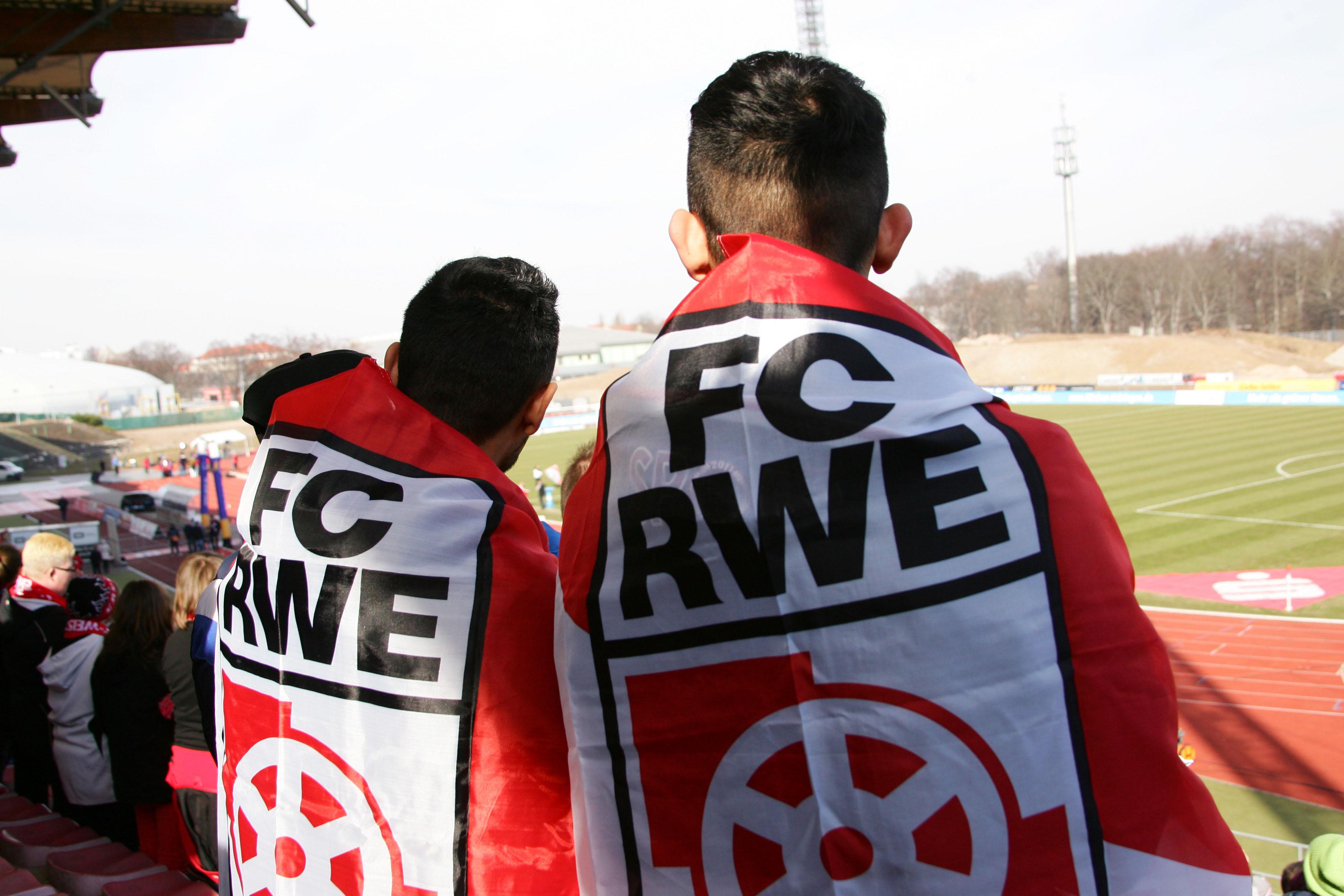 Zwei Jugendliche mit RWE-Fahnen. Foto: Sylvio Hoffmann