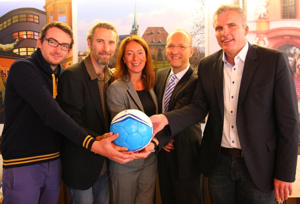 Oberbürgermeister Bausewein unterstützt Projekt Quartiersfußball mit der KoWo