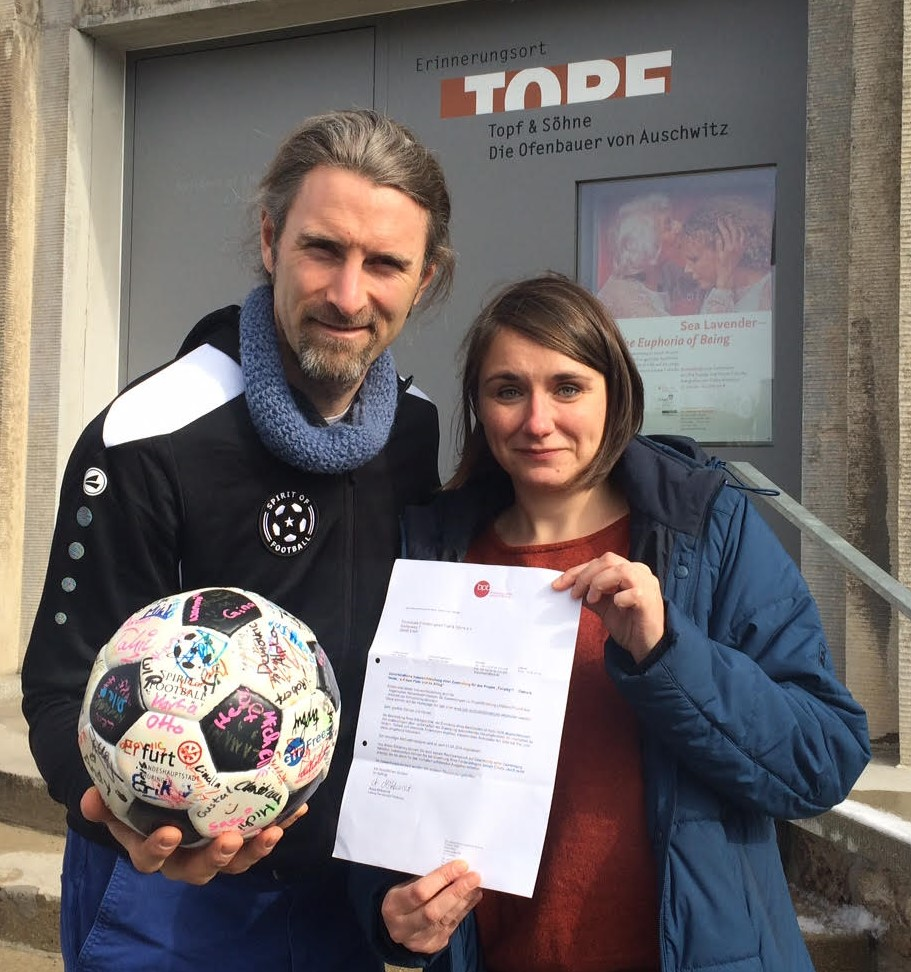 Andrew Aris (Spirit of Football e.V.) und Rebekka Schubert (Gedenkstättenpädagogin Erinnerungsort Topf & Söhne)