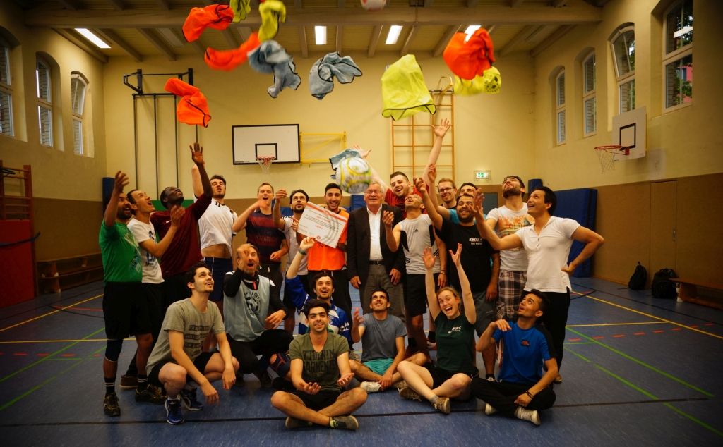 Vizepräsident Peter Brenn (Bildmitte) und das FairPlay-Team vom Freitagabend-Kick zelebrieren echt Budenzauber in der Turnhalle der Moritzschule.Foto: SoF