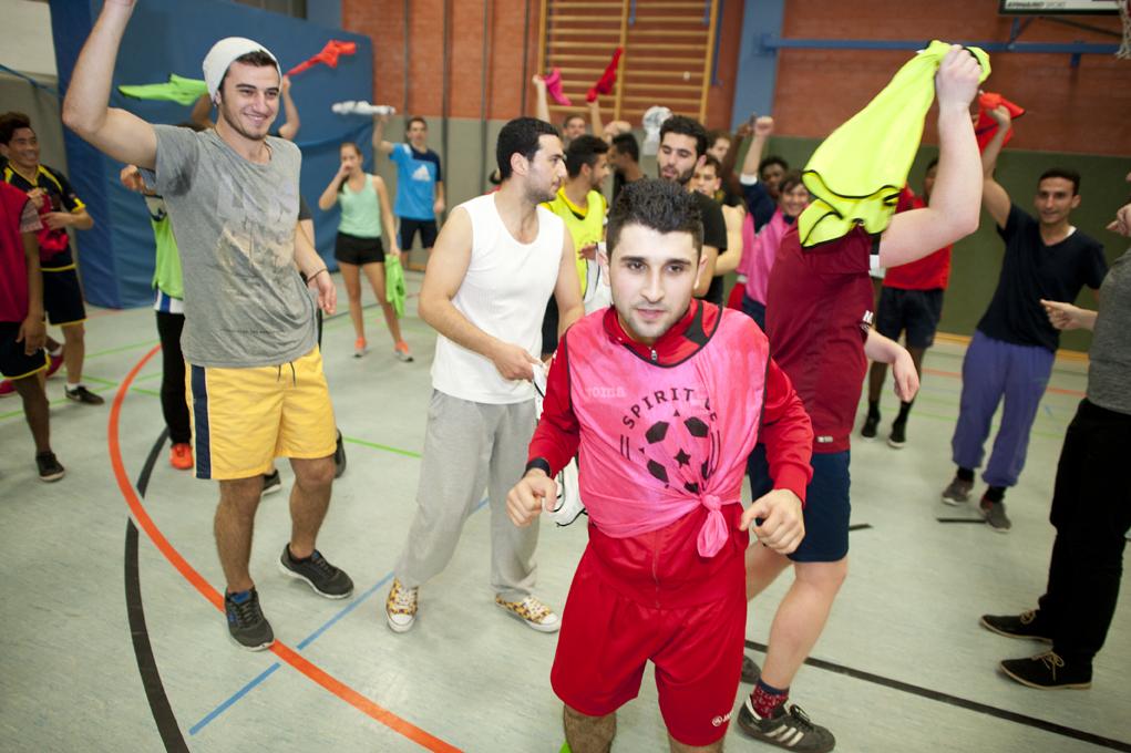 Spaß und Sport kombiniert mit interkulturellem Austausch - in der Halle, auf dem Platz und im Alltag: das ist Spirit of Welcome. Foto: Hamish John Appleby