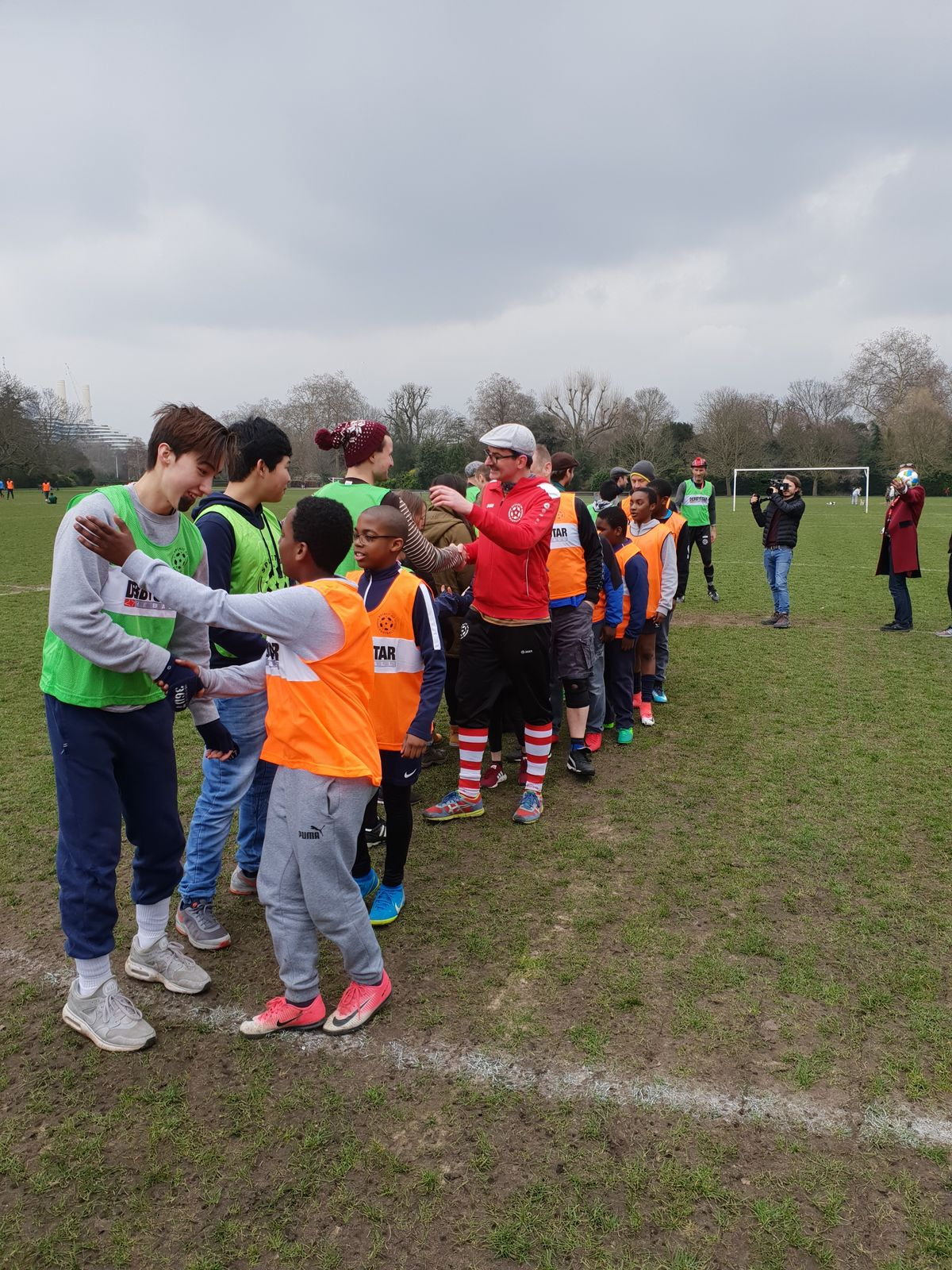 Wie es sich für alle fairen AthletInnen gehört: shake hands before the game