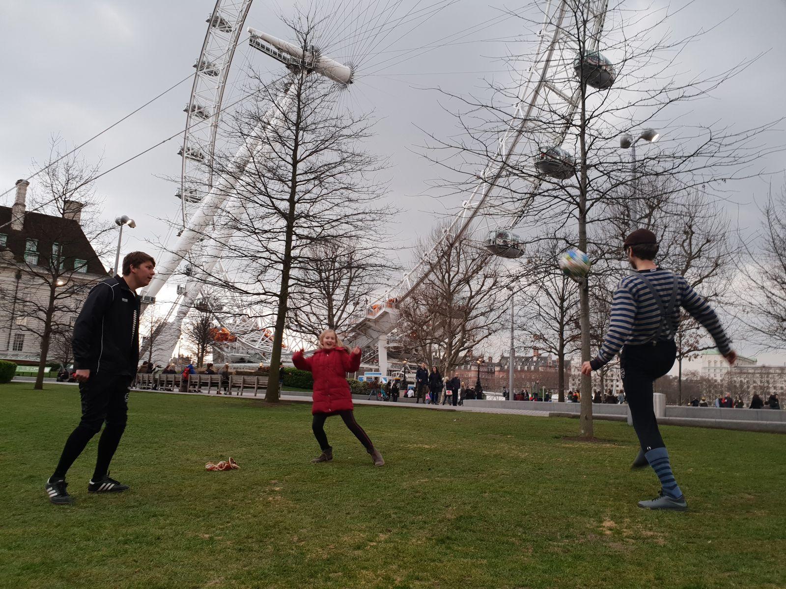 Erstes spontanes Fußballspiel am Nachmittag am London Eye
