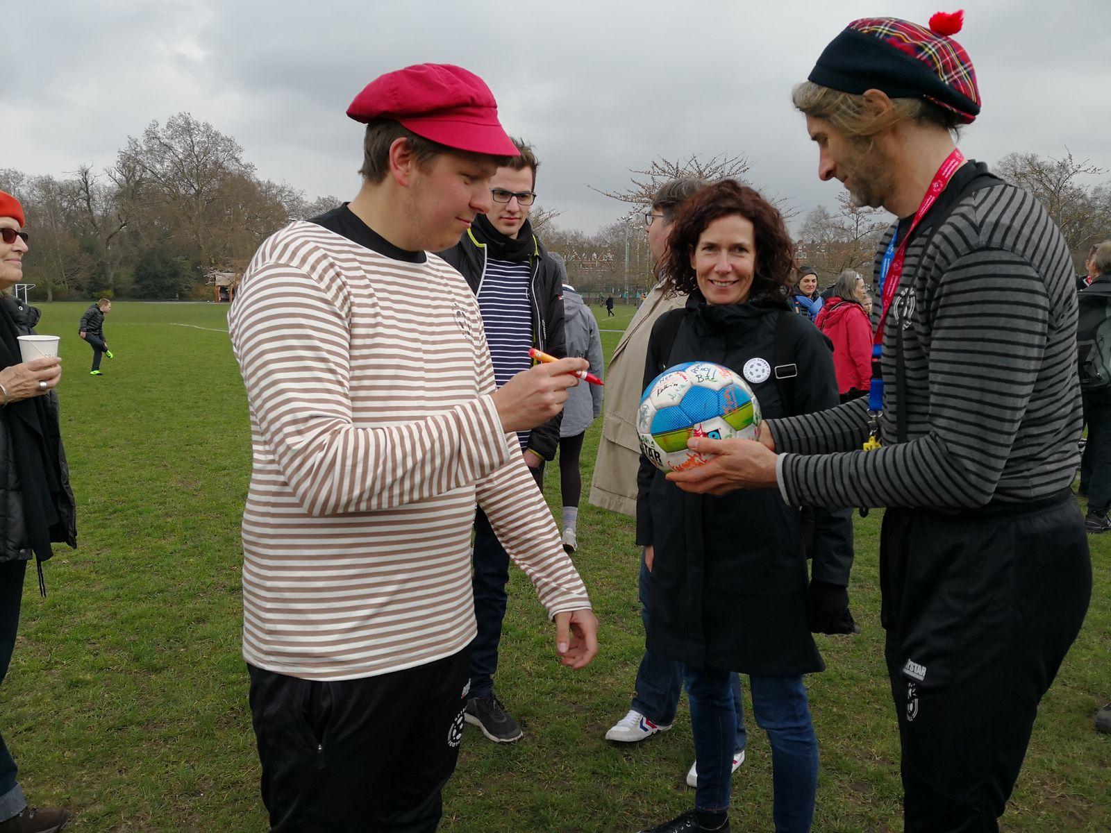 Jeder der einen Kopfball gemacht hat, darf auf The Ball unterschreiben
