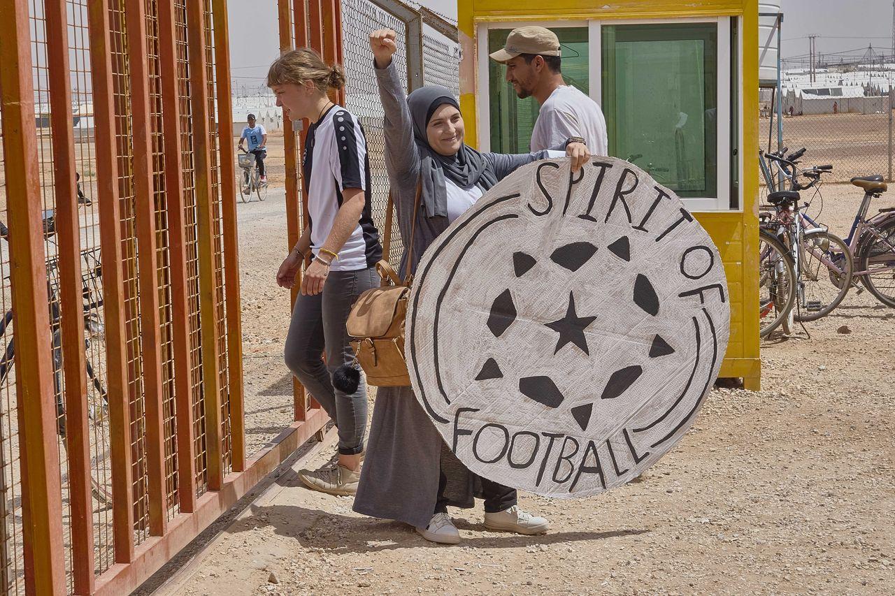 Nihal bringt ein riesiges selbst gesbasteltes Spirit of Football Logo mit