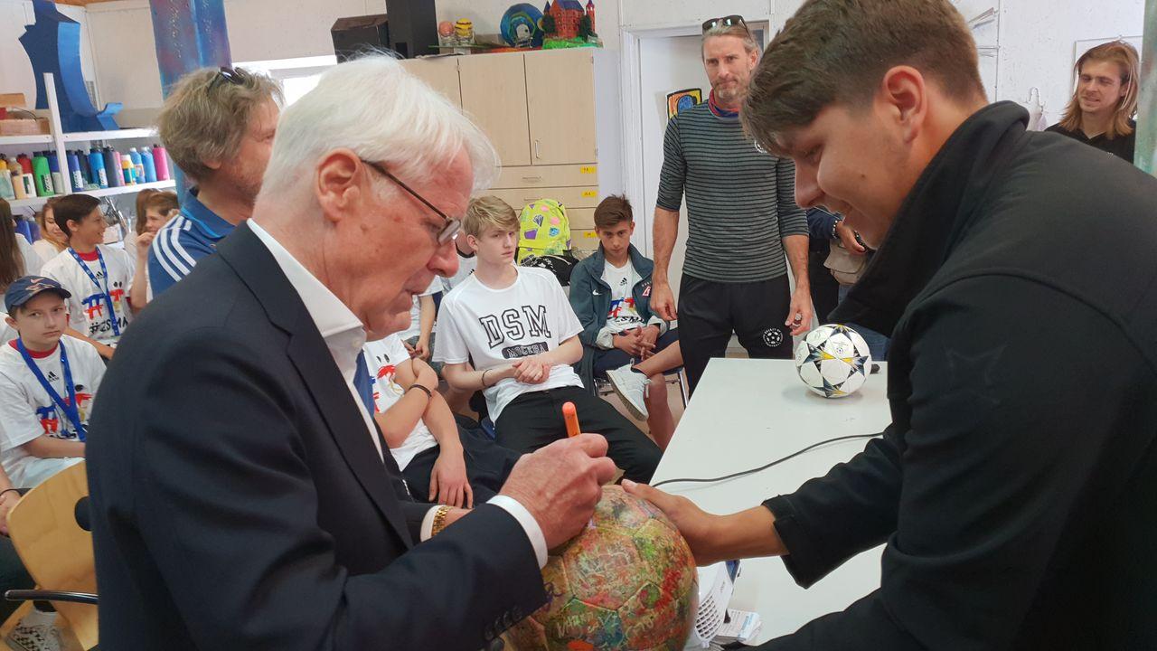 Reinhard Rauball unterzeichnet The Ball