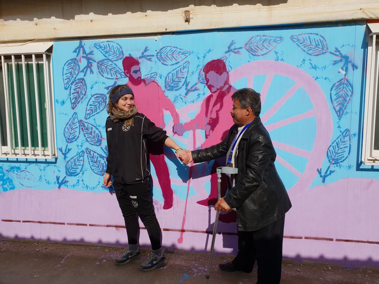 Die Graffitiwand nachgestellt mit Nicola und Abed