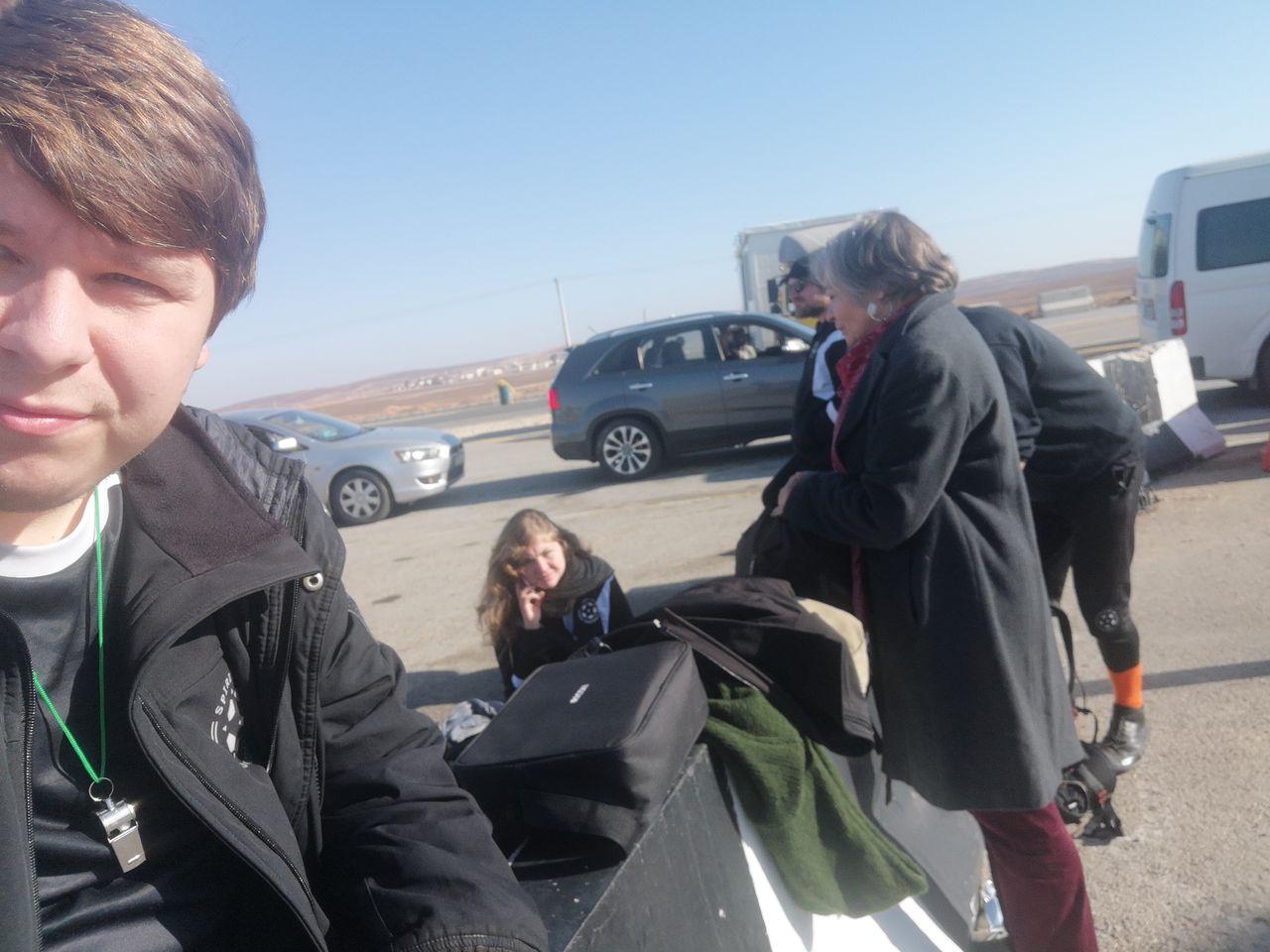 Das Warten mit unserem gesamten Gepäck auf Einlass im Camp.