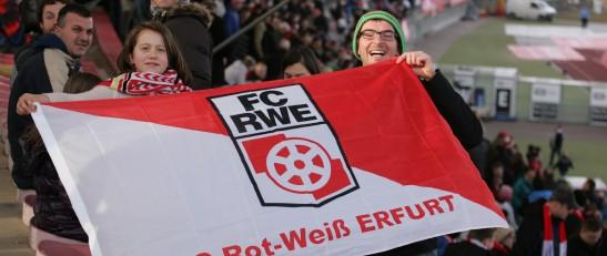 Der Spirit of Football mit Selma aus Albanien (m. Kopftuch) sowie Qamil Selmani (ganz links sitzend) im Steigerwaldstadion. Foto: Sylvio Hoffmann