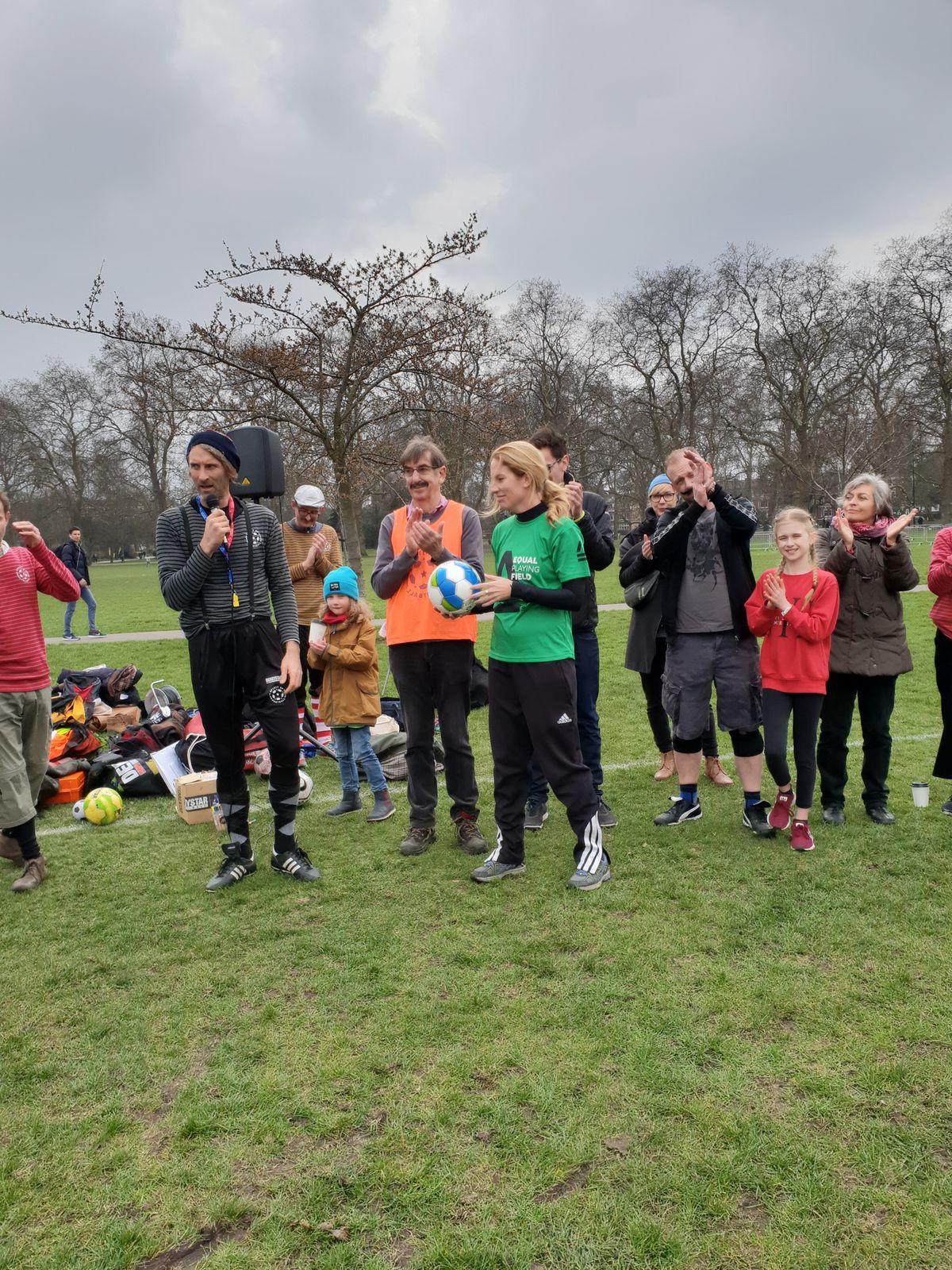 """Erin Blankenship von Equal Playing Field erhält """"The sister Ball"""" für das niedrigste Fußballspiel der Welt am Toten Meer"""