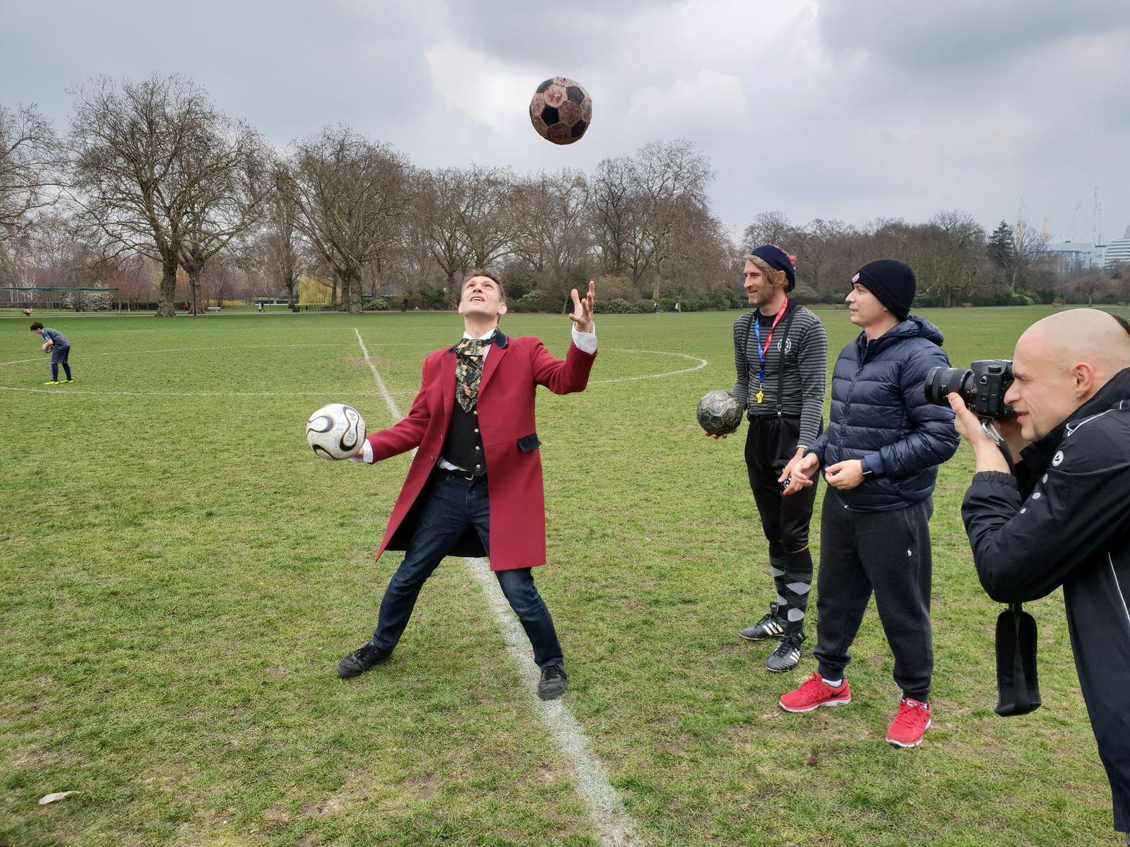 Christian Wach zeigt, wie man mit Fußbällen jongliert