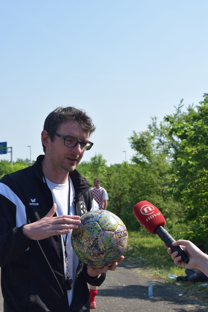 """Sven, der """"alte Medienhase"""" wird von Jelena Prpos von Nova TV für eine Reportage zum Thema Homeless People, interviewt"""