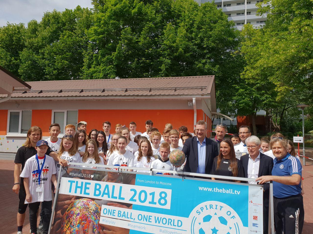 """Auch DFB Präsident Reinhard Grindel zeigte sich begeistert von dem Projekt """"The Ball"""""""