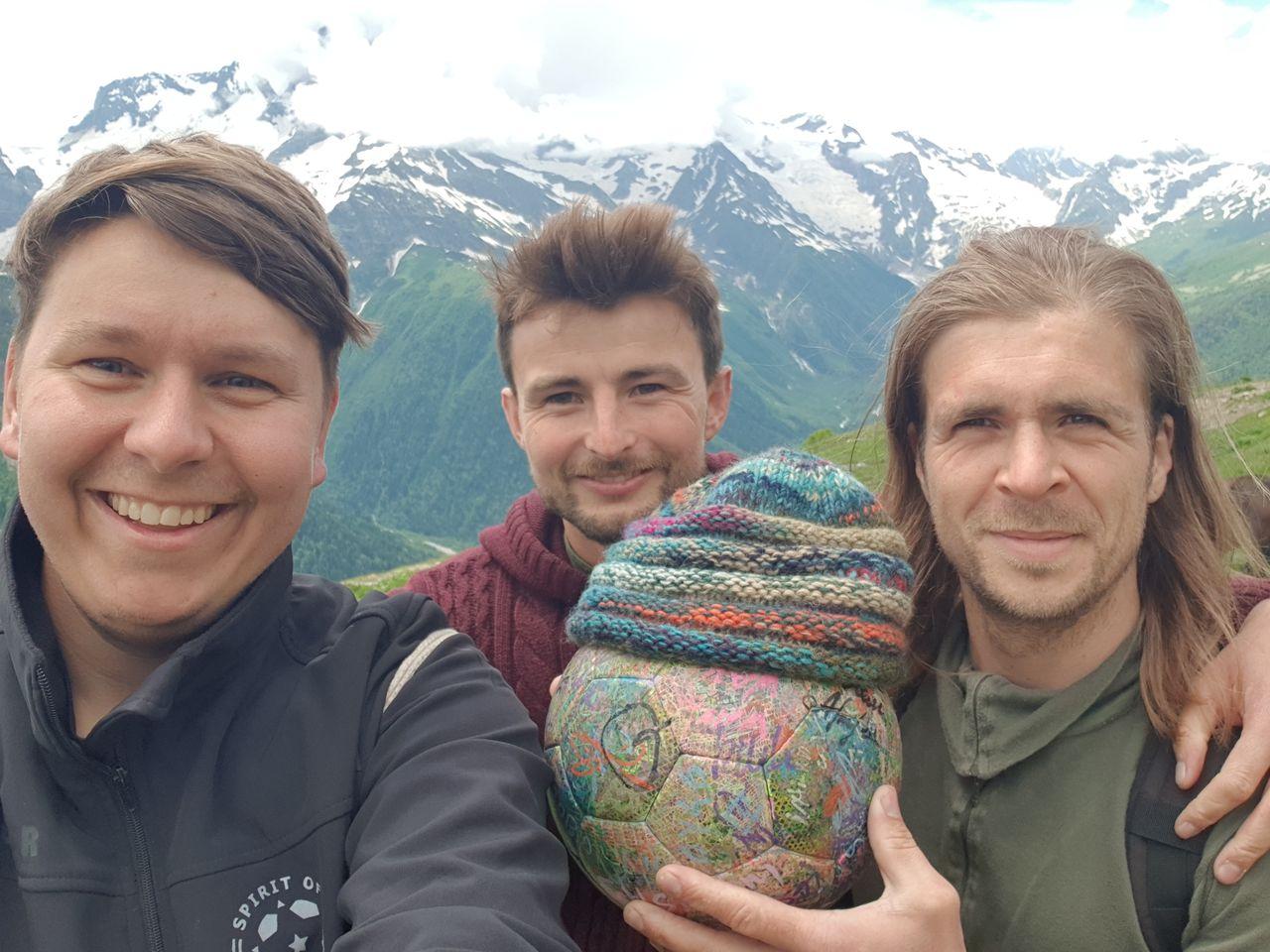 """Das Dombai Team: Benni G. Benny L., Martin und """"getarnt"""" auch dabei: The Ball."""