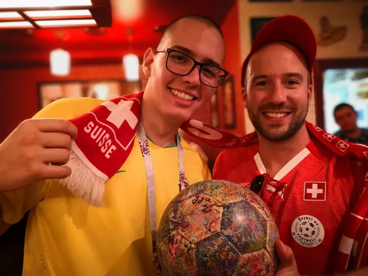 Schweizer und Brasilianische Fans feiern gemeinsam.